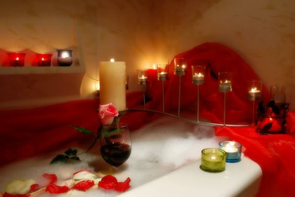 romantik-merkmale-zu-hause-rosenblätter-kerzen