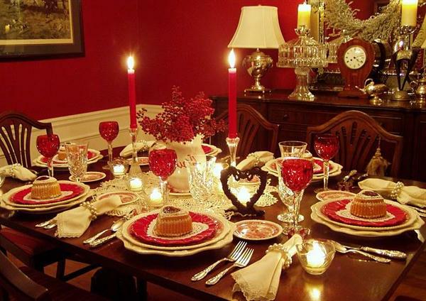 romantische-merkmale-auf-dem-tisch-lange-rote-kerzen