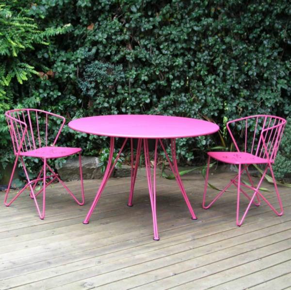 rosa-Gartenstühle-aus-Metall-für-den-Garten-Tisch