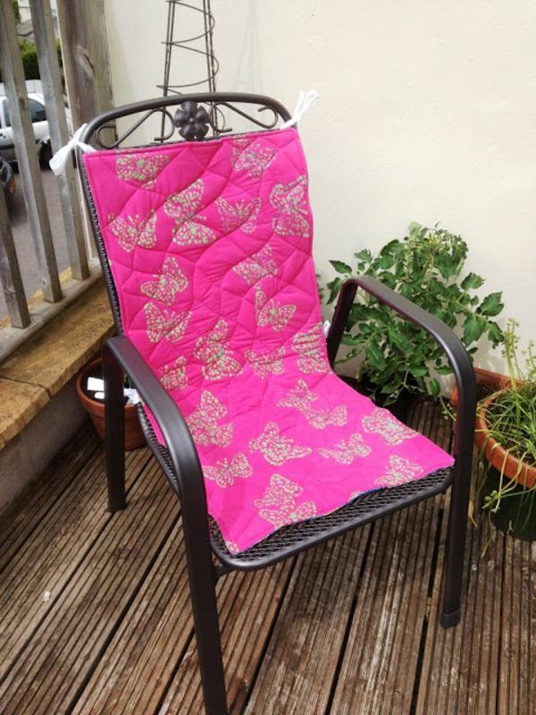 rosa-Sitzkissen-am-schwarzem-Stuhl-Terrasse