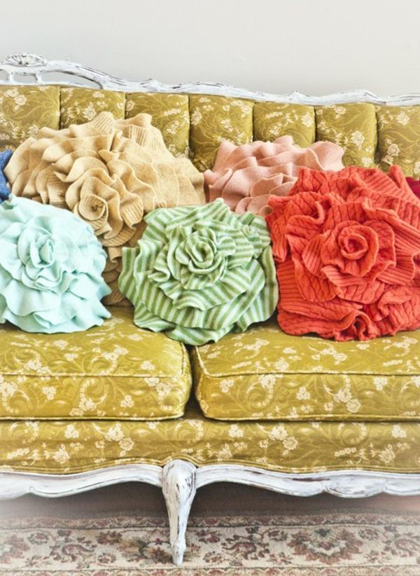 rosenstoffe-bunte-kissen-auf-einem-vintage-sofa- vintage look