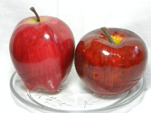 rote-Äpfel-Künstliches-Obst-in-Glasplatte