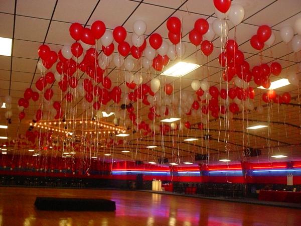 rote-ballon-deko -in einer großen halle
