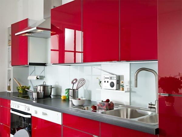 rote-küche-wunderschöner-look- luxuriöse möbelstücke