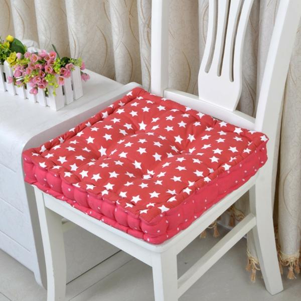 rote-sitzkissen-mit-weißen-sternchen-weißer-stuhl