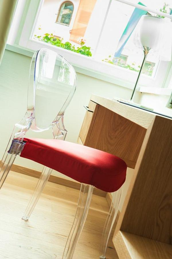 moderner-roter-stuhl-walde-durchsichtige-Plastiklehne