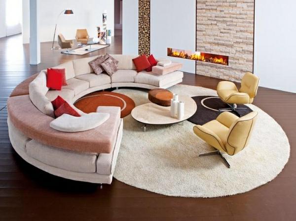 Wohnzimmer Mit Einem Runden Sofa Mit Dekokissen