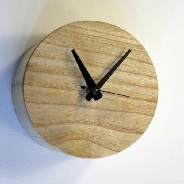 runde-Wanduhr-aus-Holz-Design