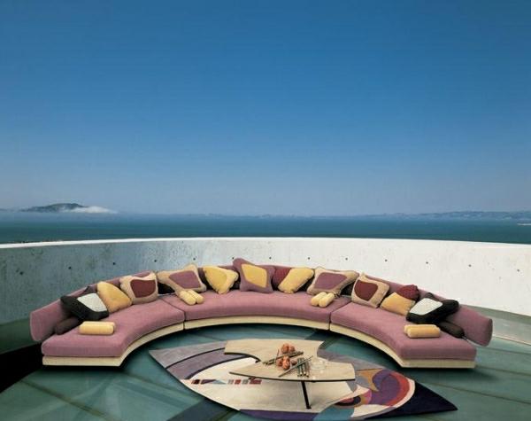 runde-sofas-ein-design-mit-vielen-dekokissen-draußen gestaltet