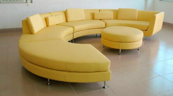 runde-sofas-ein-gelbes-modernes-design - mit einem runden nesttisch