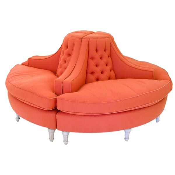 runde-sofas-ein-modell-in-pfirsich-farbe-hintergrund in weiß