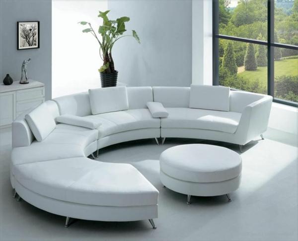 runde-sofas-ein-sehr-modernes-design-in-weißer-farbe- eine glaswand daneben