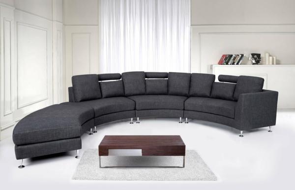 runde-sofas-modell-in-dunkler-farbe- weiße gardinen dahinter