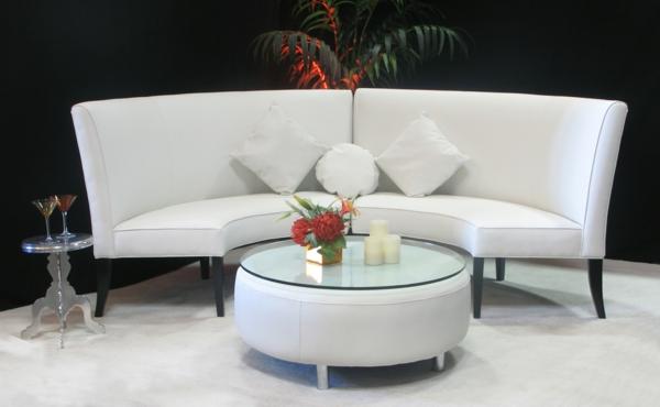 runde-sofas-weiße-farbe- schwarzer hintergrund
