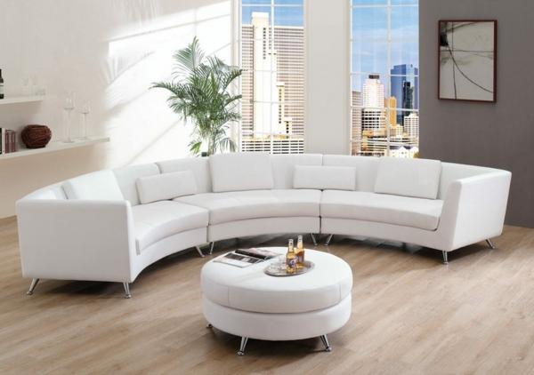 runde-sofas-weißes-modell- neben einem nesttisch