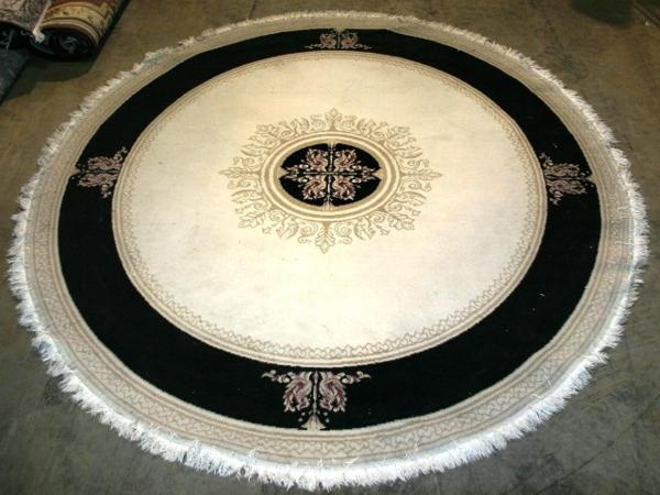 runder-teppich-in-weiß-und-schwarz- vintage look