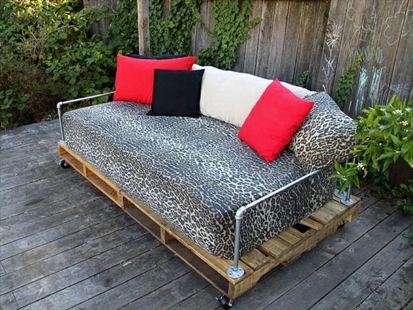 schön-aussehendes-sofa-aus-paletten - interessante dekokissen