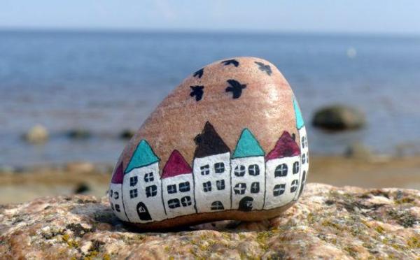 schön-gestalteter-stein-auf-dem-strand