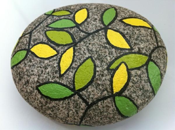 schön-verzierter-stein-mit-grün-und-gelb-idee