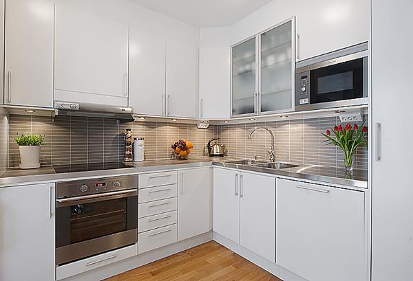 schöne-Gestaltung-für-kleine-Küche-weiße-Schränken
