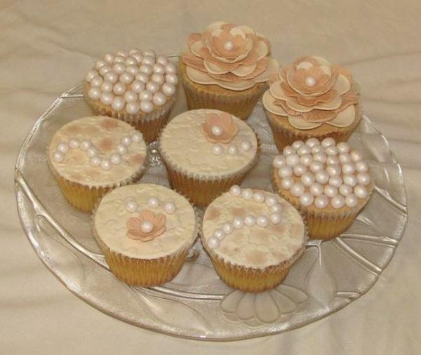 goldige-schöne-cupcakes-hochzeit-deko-mit-zuckerperlen