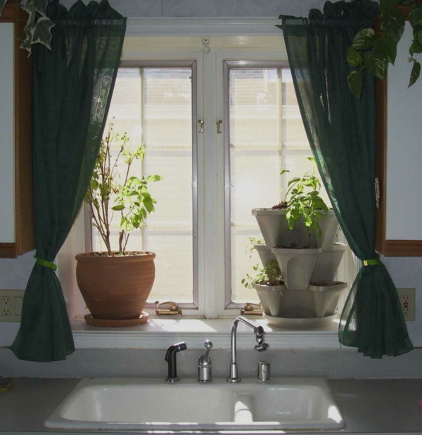 schöne-fenstergardinen-in-dunkler-farbe- neben grünen pflanzen