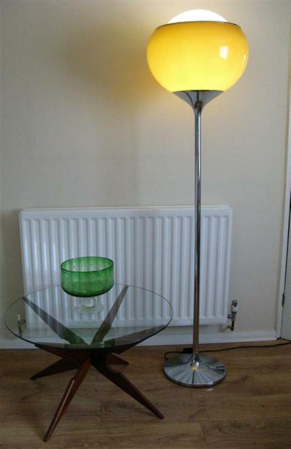 schöne-retro-stehlampe- neben einem glastisch