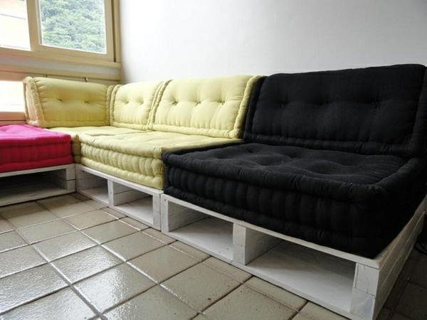 schöne-sofas-aus-paletten - zimmer mit einem fenster