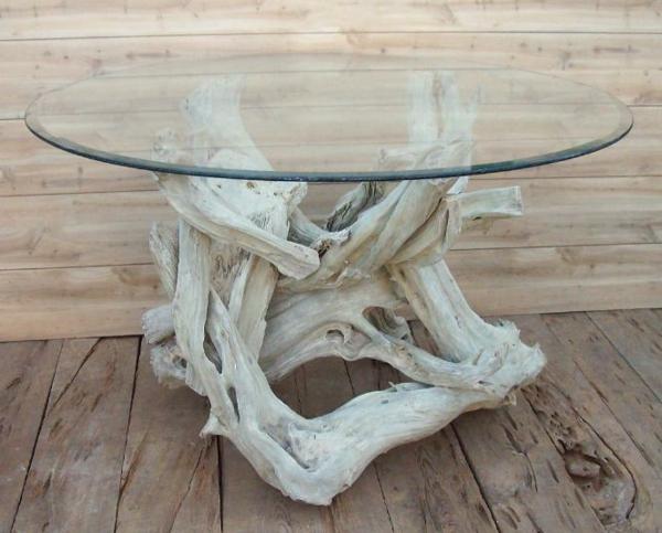 schöner-origineller-Tisch-aus-Treibholz-in-heller-Farbe