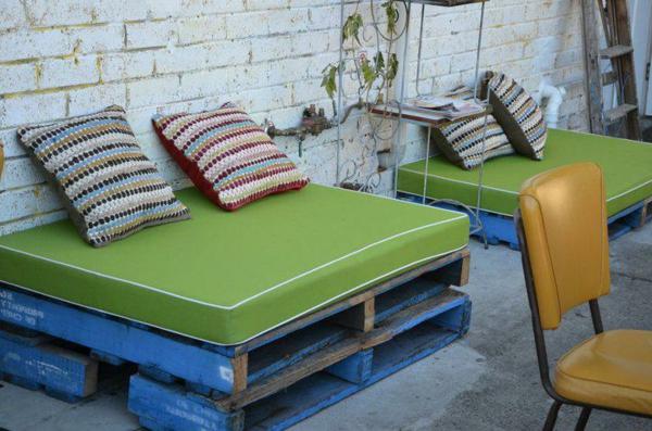 schönes-design-sofa-aus-paletten - bunte dekokissen