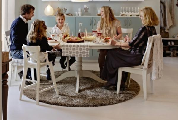 schönes-esszimmer-mit-leuten-die-zusammen-essen-und-einem-schönen-beispiel-für-kleine-runde-teppiche