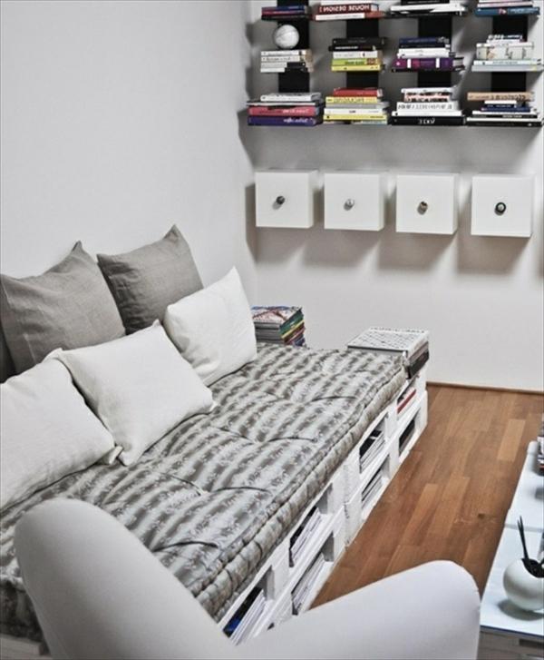 schönes-sofa-aus-paletten-weiße-farbe - schöne regale mit büchern