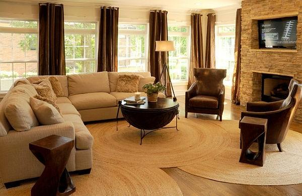 schönes-wohnzimmer-mit-kleinen-runden-teppichen- in beige farbe