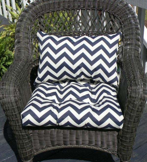 schwarz-weiße-kissen-rattanstuhl-design