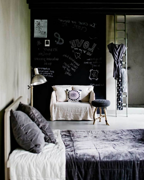 schwarze-wandfarbe-schlafzimmer-kissen