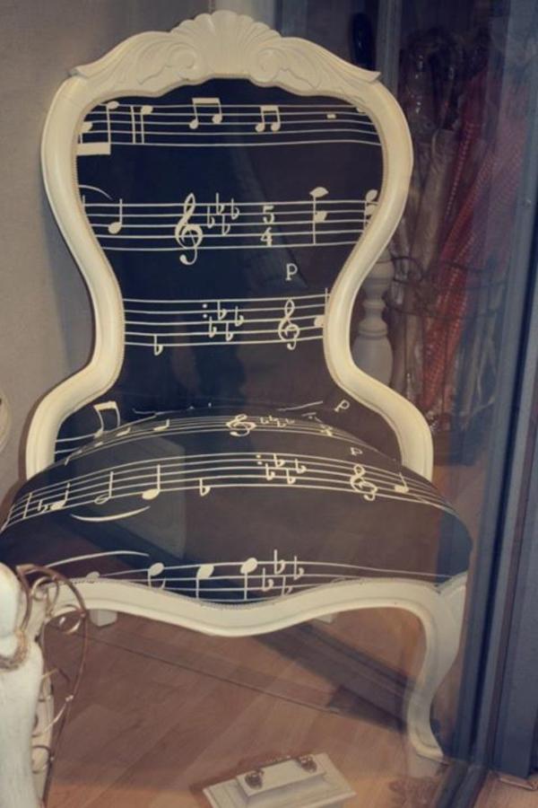 schwarze-wandfarbe-stuhl-musik
