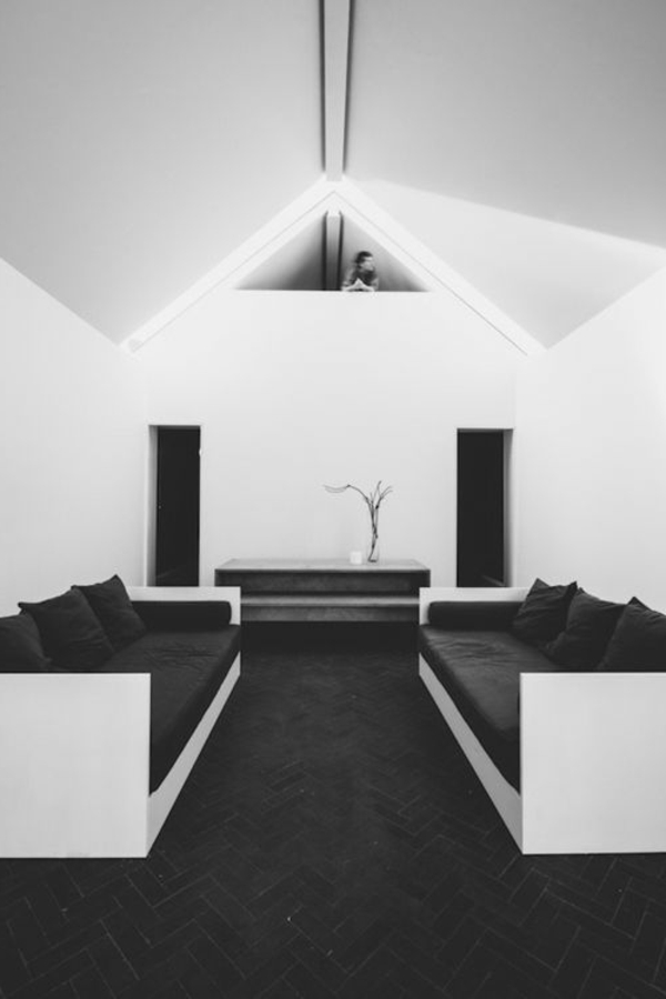 schwarze-wandfarbe-wohnzimmer-möbel-sofa