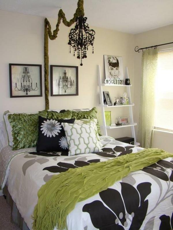 schwarzer-kronleuchter-im-gemütlichen-schlafzimmer