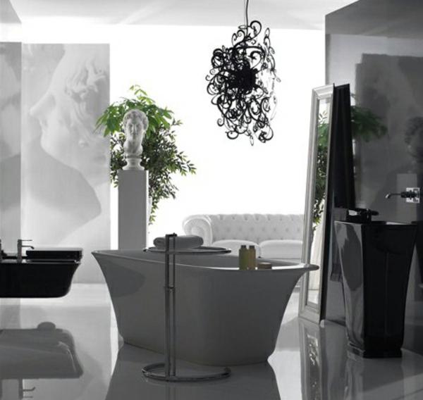 schwarzer-kronleuchter-im-schönen-badezimmer
