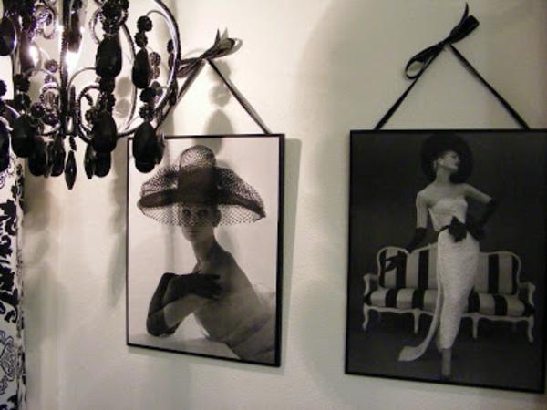 schwarzer-kronleuchter-neben-zwei-interessanten-bildern
