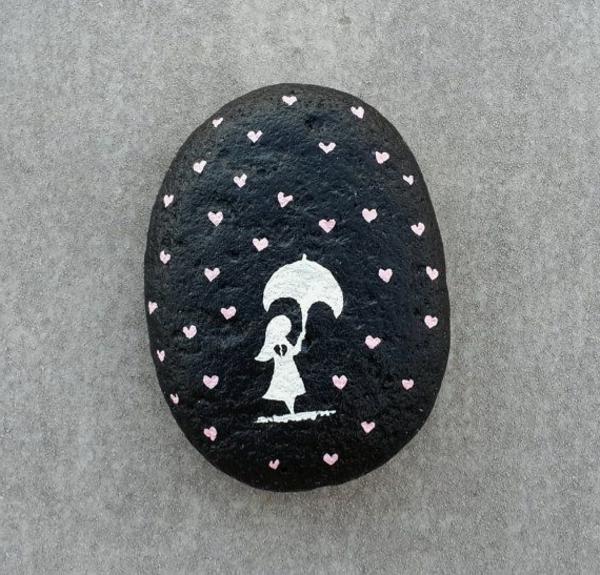 schwarzer-stein-mit-weiß-dekorieren-mädchen-in-weiß