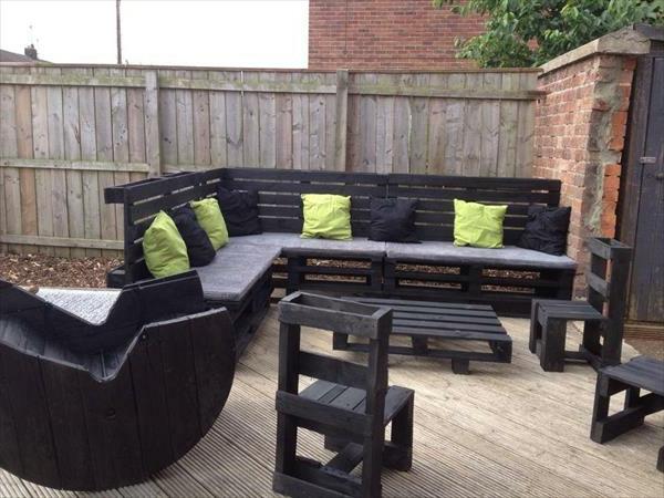 schwarzes-sofa-aus-paletten - grüne dekokissen