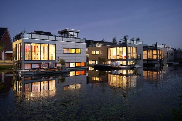 schwimmende—ferienhäuser-nachts-moderne-architektur