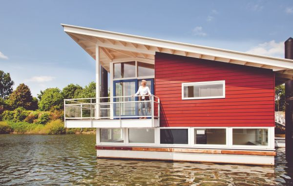 schwimmende-ferienhäuser-rote-wand-mit-aussicht