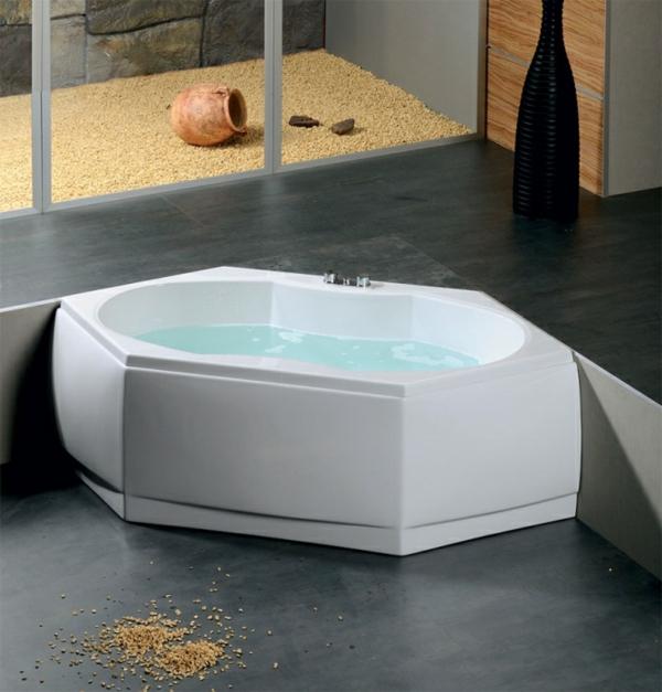sechseck -badewanne-design-in-weiß - badezimmer mit glaswänden