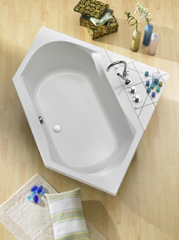 sechseck -badewanne-in-weiß-foto-von-oben-genommen - sehr modern