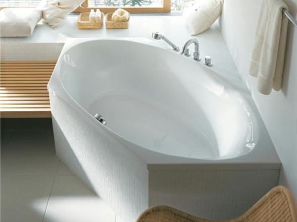 sechseck -badewanne-modernes-design- helles badezimmer