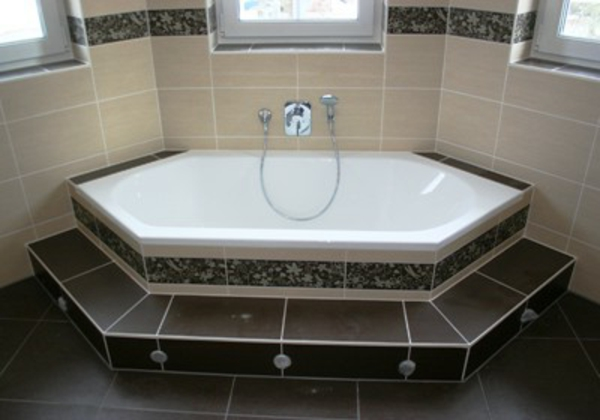 sechseck -badewanne-sehr-schön- beige, weiß nd braun