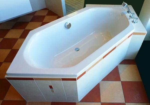 sechseck -badewanne-weißes-modell-mit-linien