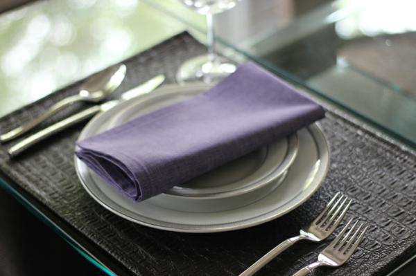 servietten-in-fliederfarben-eleganter-look- weißes geschirr